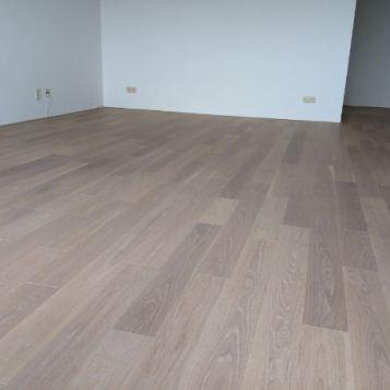 Eikenvloer na afwerking, wit pigment en projectlak (11e verdieping in Leiden)