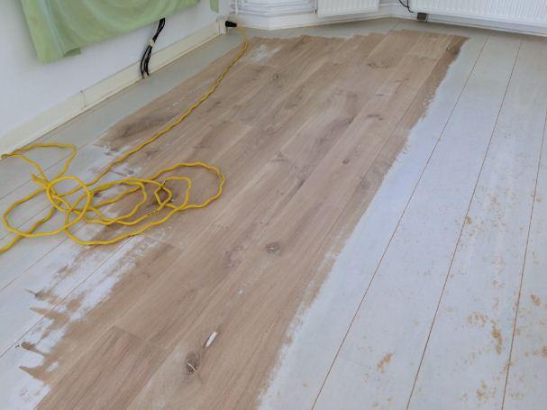 Geschilderde eikenhouten vloer tijdens het schuren u hobeau
