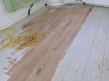 Geschilderde eikenhouten vloer (tijdens het schuren)