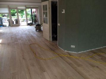 Renovatie eikenvloer in Lisse (tijdens het schuren)