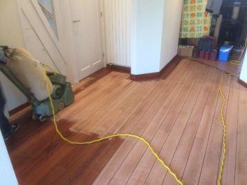 Schuren van kersenhouten vloer